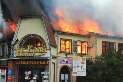 Жахлива пожежа в Сокирянах знищила торговий центр екс-керівника РДА (ФОТО)