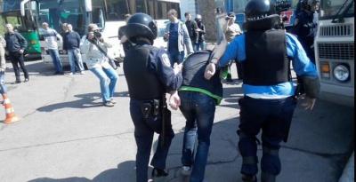 У Києві правоохоронці затримали 15 молодиків, які намагалися вчинити провокацію біля музею Великої Вітчизняної війни