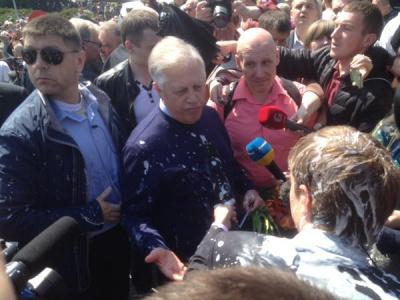 Лідера КПУ облили кефіром (відео)