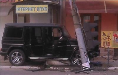 У Сторожинці позашляховик збив електроопору (ФОТО)