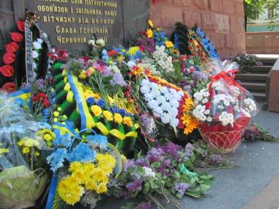У Чернівцях біля пам'ятника визволителям - гора квітів