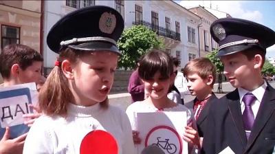Чернівецькі школярі віршами розповідали про безпеку руху