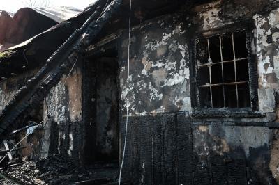 Якби пожежники вчасно приїхали, будинок би уцілів, - сусіди нічної пожежі у Чернівцях (ФОТО)