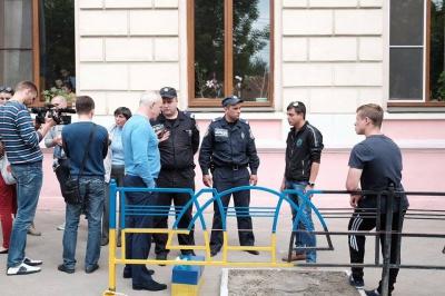 У Чернівцях молодики без документів фарбували паркан і збирали з людей гроші (ФОТО)