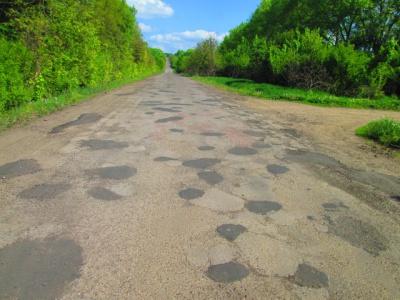 Щодня дороги Буковини латають 16 бригад дорожників