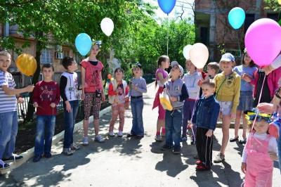 Діти однієї з вулиць Чернівців зберуть макулатуру, щоб облаштувати пісочницю