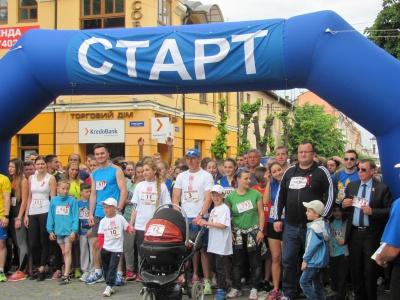 """На """"Бігові миру"""" в Чернівцях — 9-місячний і 80-річна спортсмени (ФОТО)"""