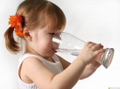 Скільки й що дитині пити