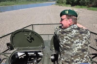 """Волонтери з Буковини відремонтували БТР і """"змусили"""" його плавати у Пруті (ВІДЕО)"""