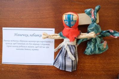 Майстриня із Чернівців робить ляльки-обереги, які відправляють чоловікам на війну (ФОТО)