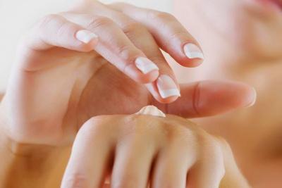 Як доглядати за сухою шкірою рук