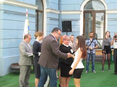 Найрозумнішим школярам у Чернівцях вручили конверти з грішми (ФОТО)