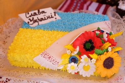 У Чернівцях продають торти у вигляді вишиванок та українського прапора (ФОТО)