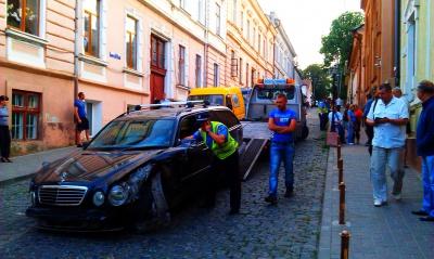 """П'яні молодики в Чернівцях розтрощили """"Мерседес"""", ледь не в'їхали в синагогу і понівечили """"буси"""" (ФОТО)"""