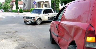 У Сторожинці зіткнулись два автомобілі (ФОТО)