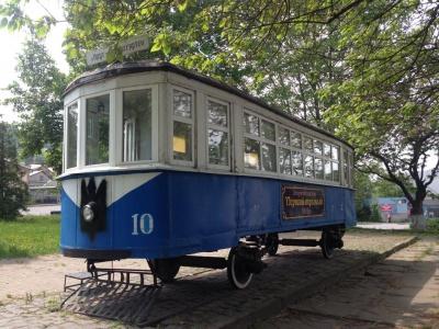 """У Чернівцях """"здекомунізовано"""" трамвай - замість зірки його прикрасив тризуб (ФОТО)"""