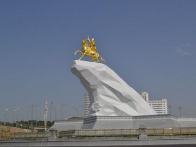 У центрі столиці Туркменістану встановили позолочений пам'ятник чинному президенту