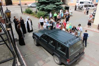 Чернівецька єпархія УПЦ КП відправила на Схід позашляховик і автобус з провізією