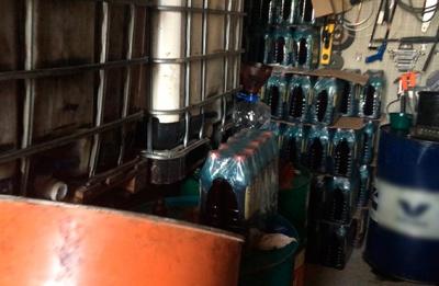 Підприємливий чернівчанин вдома розливав мастило в пляшки