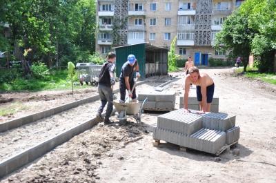 Чернівецькі дорожники взялись за ремонт міжбудинкових проїздів (ФОТО)