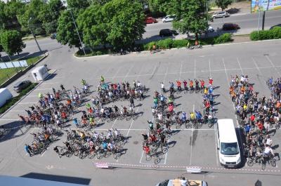 Кілька сотень велосипедистів проїхалися Чернівцями та провели флеш-моб (ФОТО, ВІДЕО)