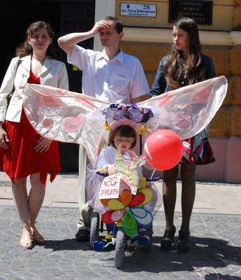 Парад візочків у Чернівцях: дітлахи пересуваються містом у казкових човнах та літаках (ФОТО)