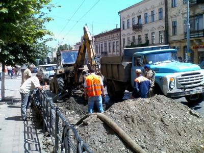 У центрі Чернівців прорвало трубу - водоканал ремонтує (ФОТО)