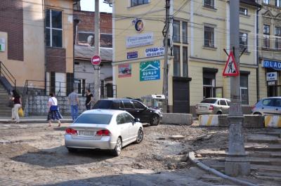 Бетонні блоки поставили, але ще нічого не робили, - мешканці вулиці Хмельницького