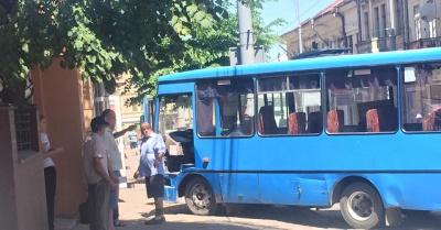 """У Чернівцях автобус з пасажирами врізався в стіну """"будинку-корабля"""""""