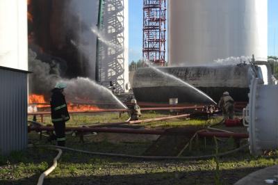 ДСНС евакуює мешканців двокілометрової зони навколо палаючої нафтобази