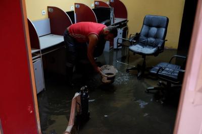 У Чернівцях на вулиці Хмельницького затопило кілька підвалів (ФОТО)