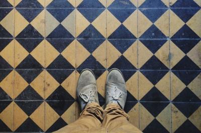 Житель Чернівців фотографує старовинну плитку у під'їздах, що зникає (ФОТО)