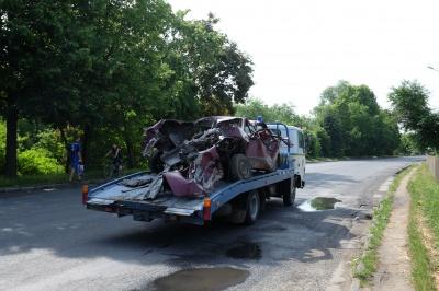 У Чернівцях авто на швидкості врізалося в дерево (ФОТО)