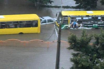 В Україні оголосили штормове попередження. ДАІ просить водіїв бути уважними