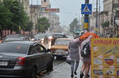 Через зливу у Чернівцях зупинили рух усіх тролейбусів (ФОТО)