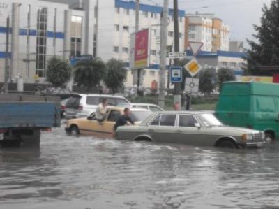 У Чернівцях на вулиці Головній затопило автомобілі (ВІДЕО)