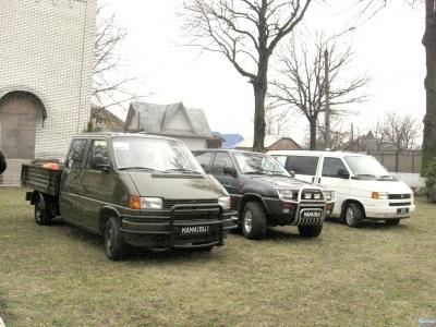 Жителі села на Буковині купили на Схід три позашляховики