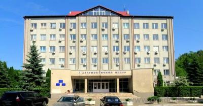 """Біля діагностичного центру в Чернівцях """"розміновували"""" підозрілу коробку"""
