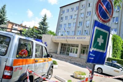 У підозрілій коробці біля діагностичного центру були черешні (ФОТО)