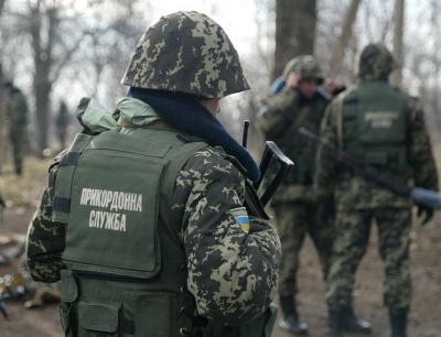 Прикордонники пострілами зупинили позашляховик, який намагався прорватись через кордон на Буковині