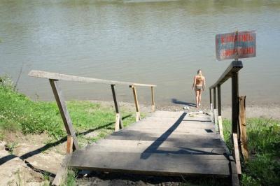 На пляжі у Пруті люди купаються попри брудну воду (ФОТО)