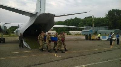 До Чернівців прибув літак з тілом загиблого на сході буковинця (ФОТО)