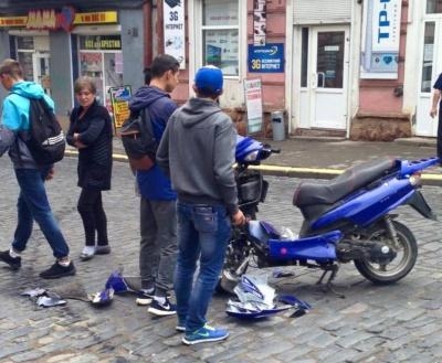 У центрі Чернівців не розминулися скутер та іномарка (ФОТО)