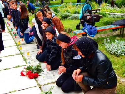 На Вижниччині мешканці на колінах проводжали в останню путь загиблого військового (ФОТО)