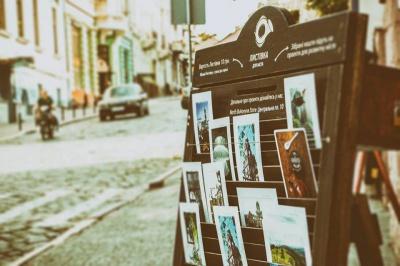 Зі стенду в центрі Чернівців невідомі вкрали 41 листівку