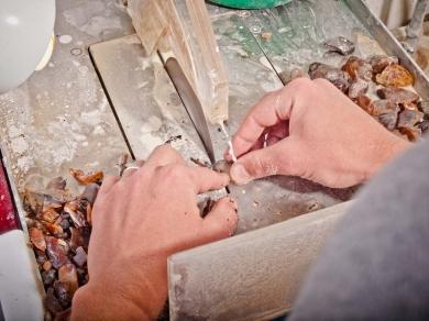 У підвалі в Чернівцях знайшли нелегальний цех з обробки бурштину