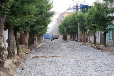 На вулиці Хмельницького в Чернівцях готують першу ділянку дороги до асфальтування