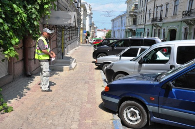 У піцерії проїдають 200 гривень, а на парковку не мають, - працівники стоянки про водіїв іномарок