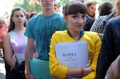 У перший день вступної кампанії біля ЧНУ - до півтисячі людей (ФОТО)