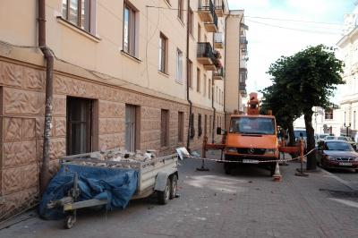 У центрі Чернівців перебудовують підвал — пообіцяли не пробивати нові двері